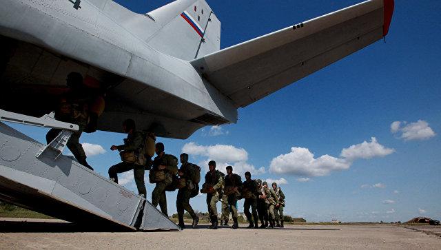 Военнослужащие десантно-штурмовой бригады ВДВ заходят в транспортный самолет Ан-26. Архивное фото.