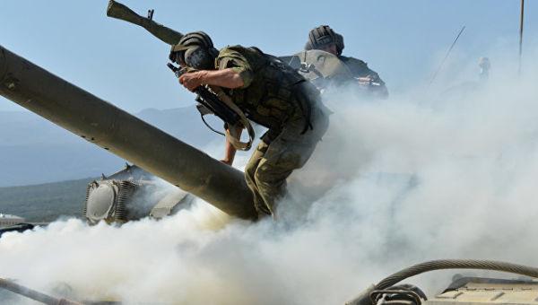 Военнослужащие личного состава танкового батальона покидают условно подбитый боевиками танк Т-90А. Архивное фото