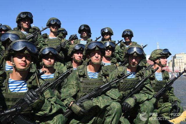 Военнослужащие на Красной площади в Москве во время празднования Дня Воздушно-десантных войск. 2 августа 2017