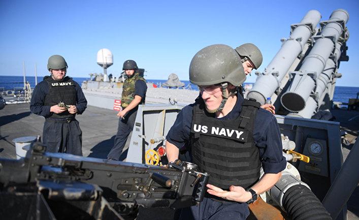 Военнослужащие на ракетном эсминце Porter (DDG 78) 6-го флота США в Средиземном море.