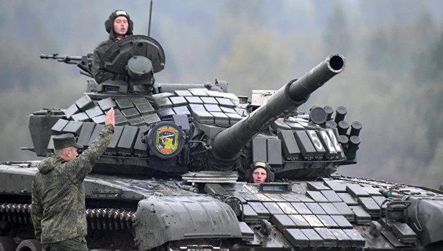 Военнослужащие на танке Т-72. Архивное фото.