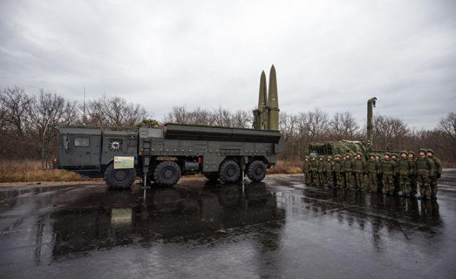 """Военнослужащие научениях наоперативно-тактическом ракетном комплексе (ОТРК) """"Искандер"""""""
