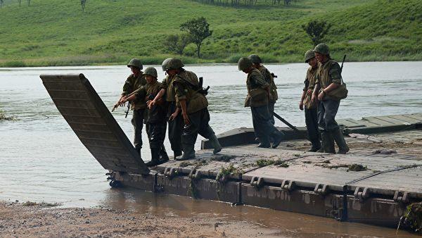 Военнослужащие наводят понтонный мост