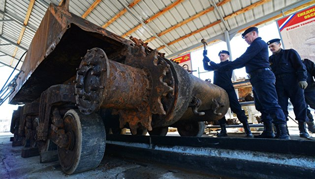 Военнослужащие проводят работы по восстановлению американского танка Sherman в Приморском крае.