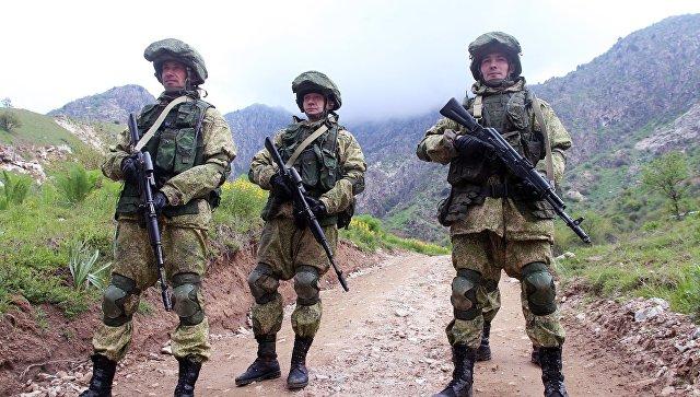 Военнослужащие российской армии во время учений в Таджикистане.