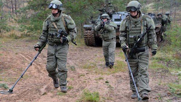 Военнослужащие саперного подразделения вооруженных сил РФ во время ученийвооружённых сил России и Белоруссии на Лужском полигоне в Ленинградской облас