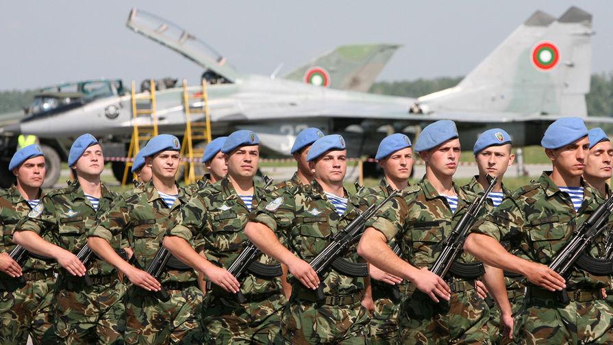 Военнослужащие сил специальных операций Болгарии на фоне истребителя МиГ-29 во время авиашоу на базе Граф-Игнатиево, 2007 год.