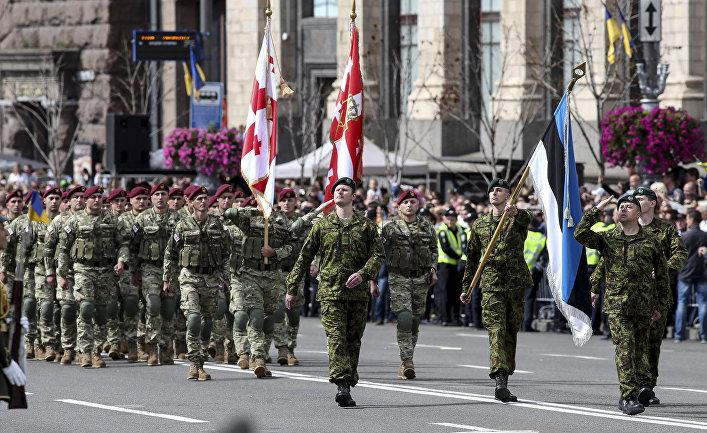 Военнослужащие стран НАТО на параде в честь Дня независимости в Киеве. 24 августа 2017.