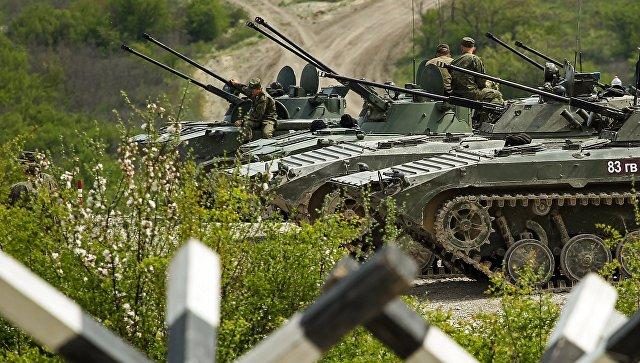 Военнослужащие у БМП 2 и БМД 2 на армейском конкурсе Десантный взвод в Краснодарском крае. Архивное фото.