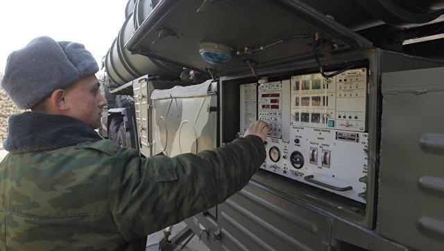Военнослужащие у пульта управления транспортно-пусковой установки зенитно-ракетного комплекса (ЗРК) С-400 Триумф. Архивное фото.