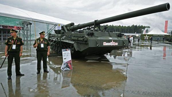 Военнослужашие у самоходной пушки 2С7М Малка на международном военно-техническом форуме Армия-2017 в Подмосковье. 23 августа 2017