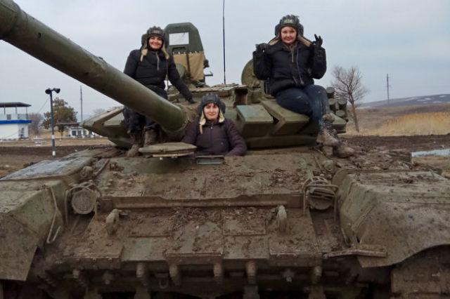 Военнослужащие Виктория Яни, Екатерина Дурнева и Полина Левицкая во время учений.