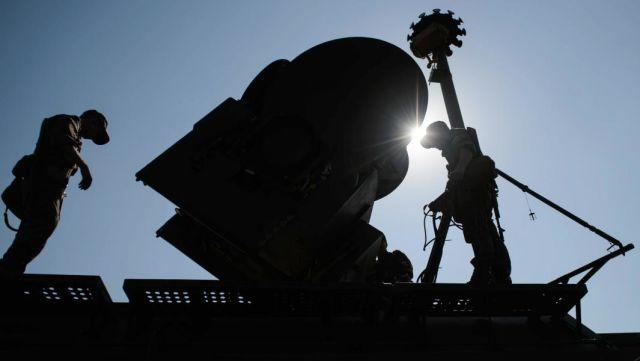 """Военнослужащие во время развертывания наземного многофункционального модуля помех """"Красуха-4"""""""