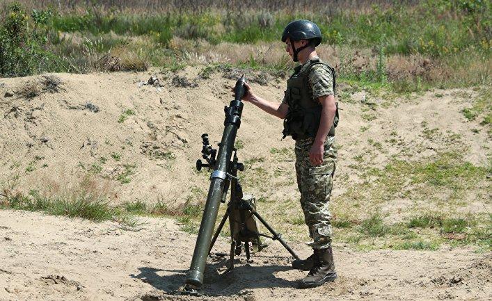 Военнослужащий ВСУ во время учений в Львовской области.