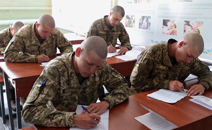 Военнослужащие вооруженных сил Украины во время военных учений на Яворовском полигоне во Львовской области.