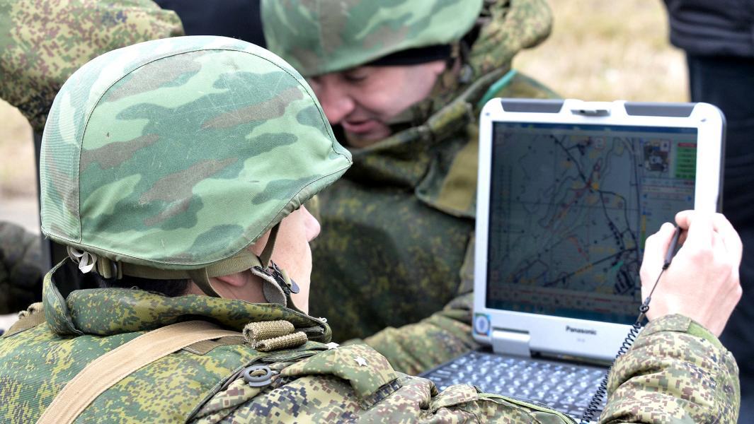 Военнослужащие подразделения управления беспилотным летательным аппаратом во время учений.