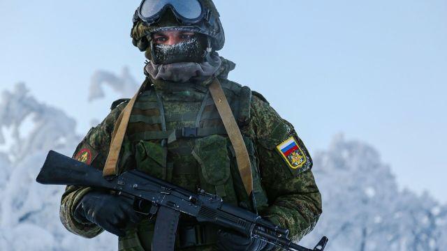Военнослужащий 61-й отдельной бригады морской пехоты в Мурманской области