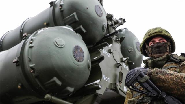 Военнослужащий боевых расчетов ЗРК С-400 во время дежурства в Крыму, ноябрь 2019 года