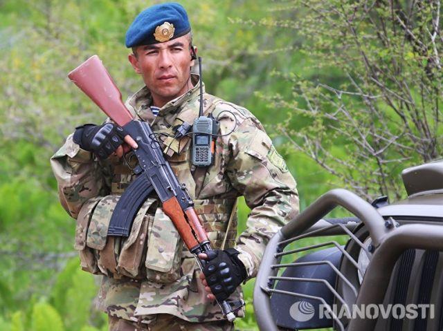 Военнослужащий армии Таджикистана во время совместных учений подразделений военной разведки государств-членов ОДКБ Поиск. Архивное фото