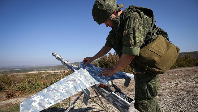 Военнослужащий готовит беспилотный летательный аппарат во время учений. Архивное фото.