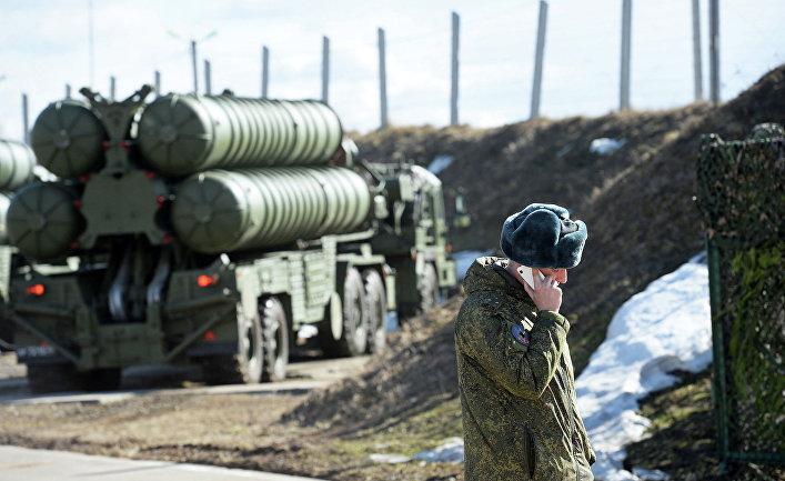 Военнослужащий на фоне комплекса С-400 во время несения боевого дежурства зенитными ракетными дивизионами.