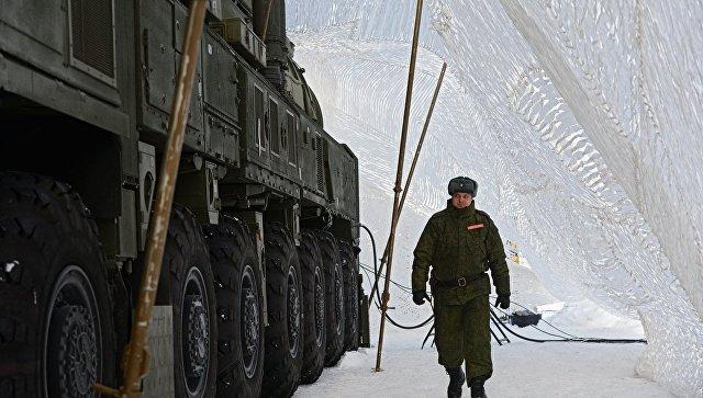 Военнослужащий ракетных войск стратегического назначения у МБР РС-24 Ярс. Архивное фото.