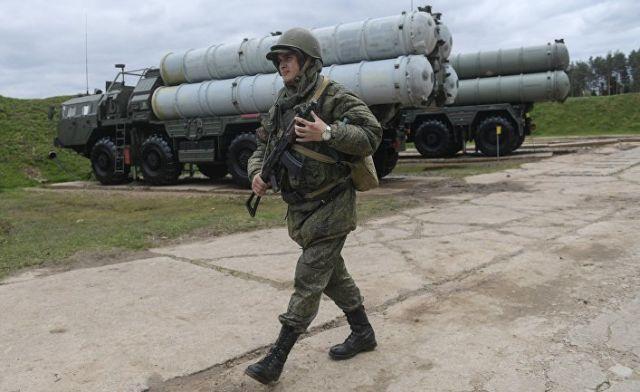 """Военнослужащий рядом с зенитными ракетными комплексами С-400 """"Триумф"""""""