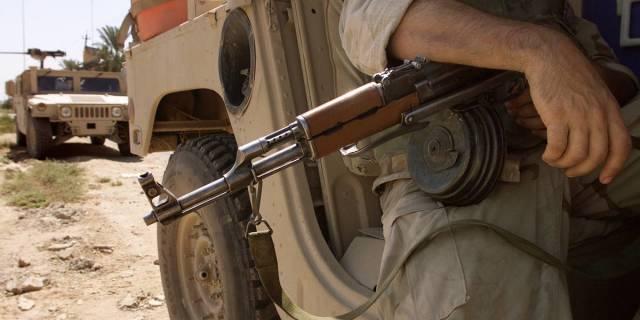 Военнослужащий США с автоматом Калашникова. Ирак, 2003 год