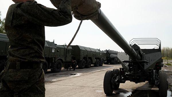 """Военнослужащий у орудия """"Гиацинт"""" во время подготовки боевой техники к участию в военном параде"""
