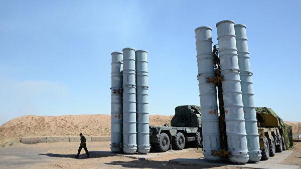 Военнослужащий у зенитной ракетной системы С-300ПС на полигоне Ашулук в Астраханской области