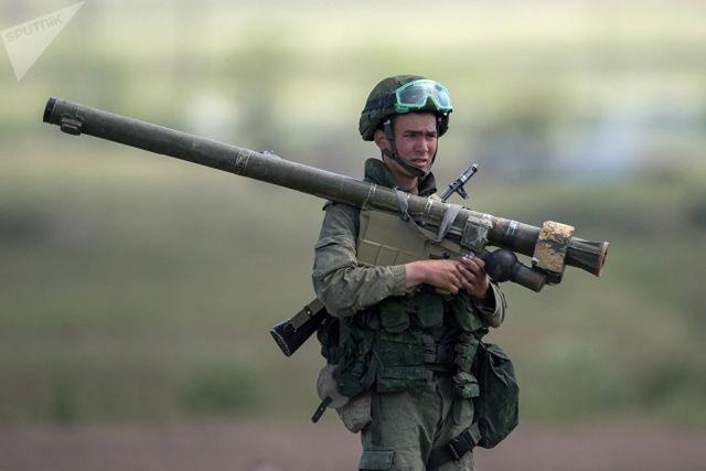 Военнослужащий во время учений в Армении