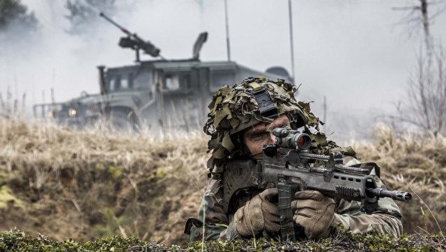 Военнослужащий войск НАТО во время учений в Прибалтике. Архивное фото