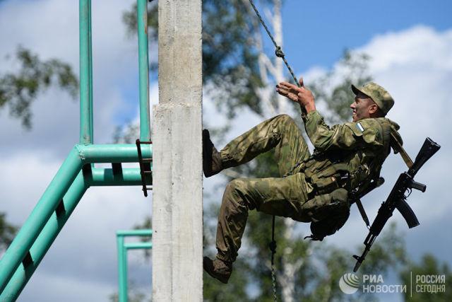 Военнослужащий вооруженных сил России во время прохождения этапа Тропа разведчика на конкурсе Отличники войсковой разведки-2018