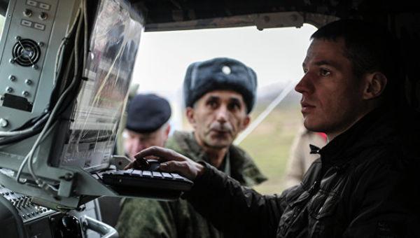 Военнослужащий за пультом комплекса радиоподавления