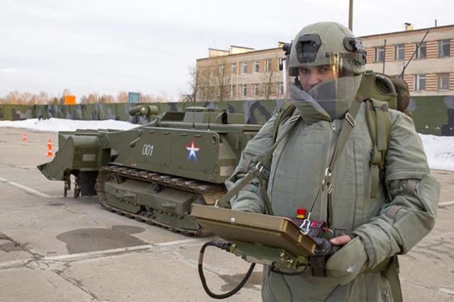 """Военнослужащий-оператор робота """"Уран-6"""""""