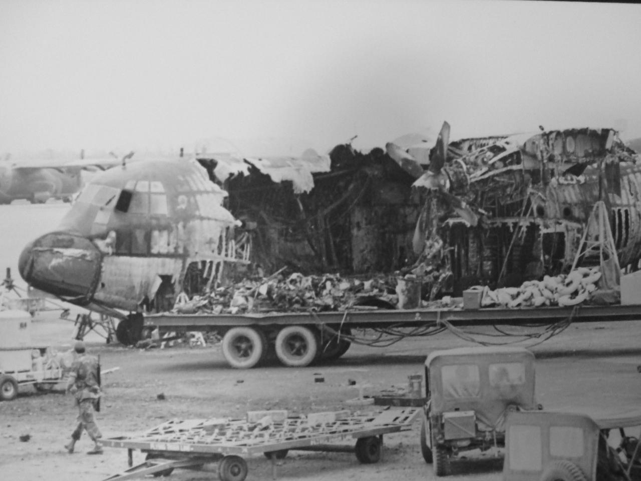 Военно-транспортный самолет Lockheed C-130B Hercules ВВС США, уничтоженный прямым попаданием реактивного снаряда на авиабазе Дананг 24.02.1971.