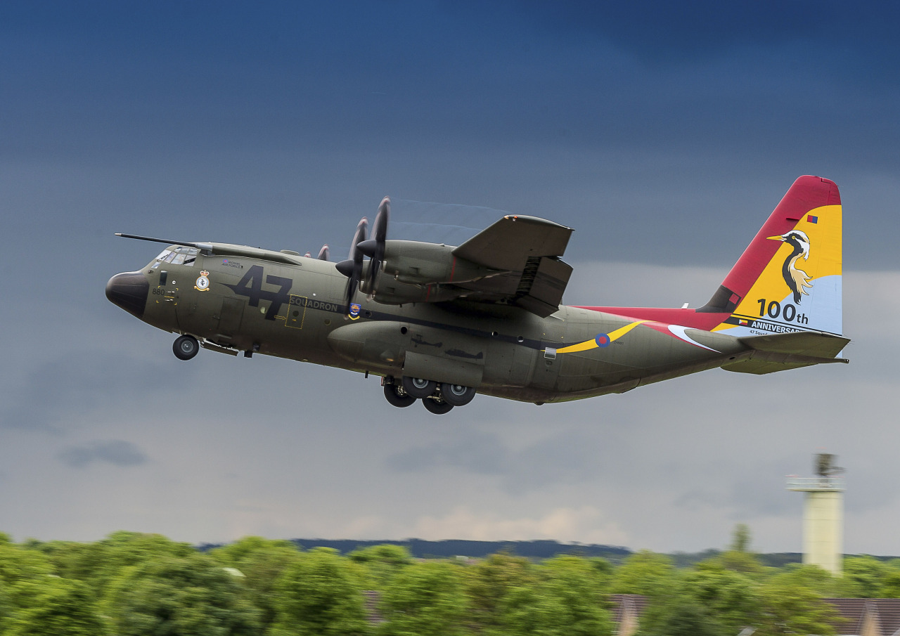 Военно-транспортный самолет Lockheed Martin C-130J Super Hercules (Hercules C.Mk 4) (британский военный номер ZH880) из состава 47-й эскадрильи Королевских ВВС Великобритании в юбилейной окраске в честь 100-летия эскадрильи. Брайз-Нортон, 02.07.2016.