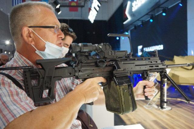 Военный журналист Александр Хохлов в армии служил пулеметчиком и профессионально оценил РПЛ-20.