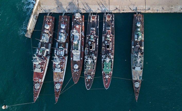Военные корабли, принадлежащие Украине, в Крыму.