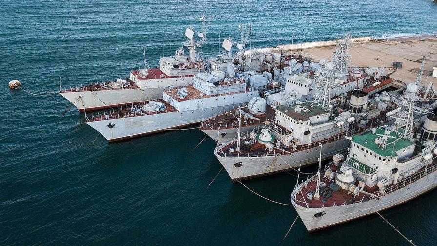 Военные корабли, которые ранее входили в состав военно-морских сил Украины, в бухте Севастополя, январь 2018.