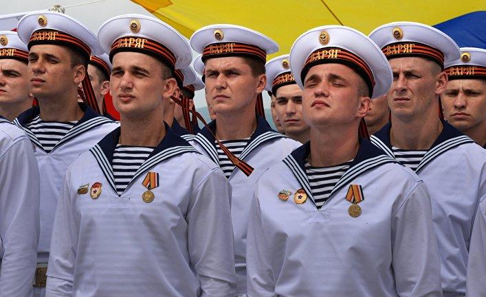 """Военные моряки гвардейского ракетного крейсера """"Варяг""""."""