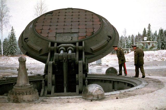Военные осматривают шахту ракеты Тополь-М
