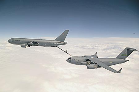 """Воздушный танкер КС-46А (на фото слева) отрабатывает передачу топлива на военно-транспортный самолет С-17 """"Глоубмастер"""" III."""