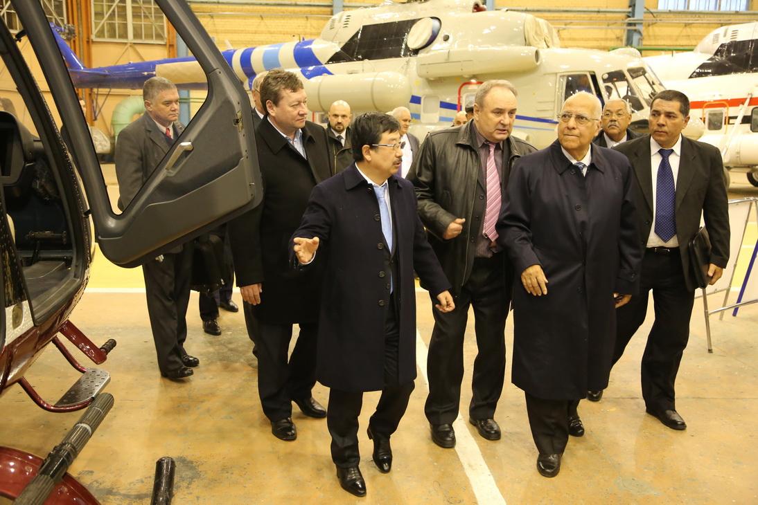 Делегация правительства Кубы на Казанском вертолетном заводе.