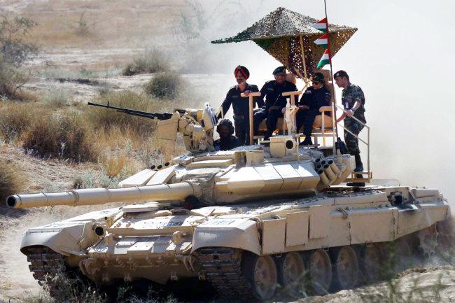 В Индии наши танки используют не только в учебных боях, но и в качестве VIP-брони для генеральских инспекций.