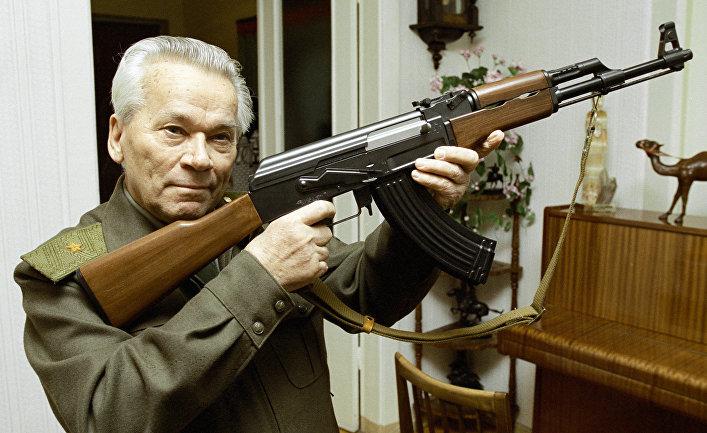 Всемирно известный изобретатель стрелкового оружия Михаил Калашников с автоматом АК-47.