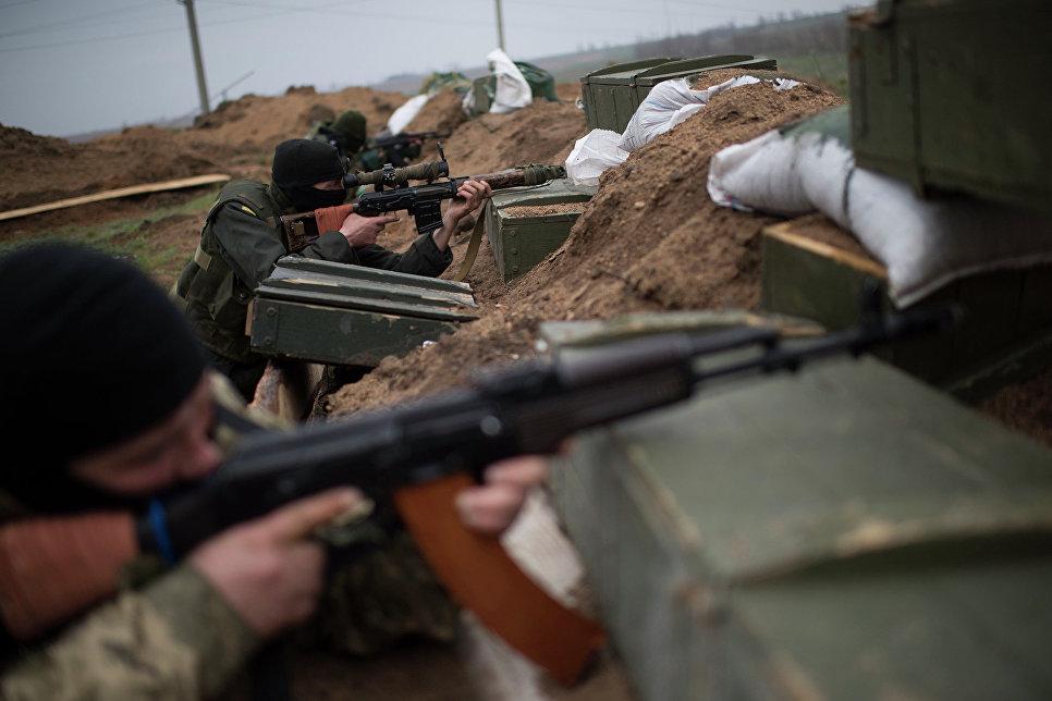 Украинские военные у села Широкино Донецкой области.