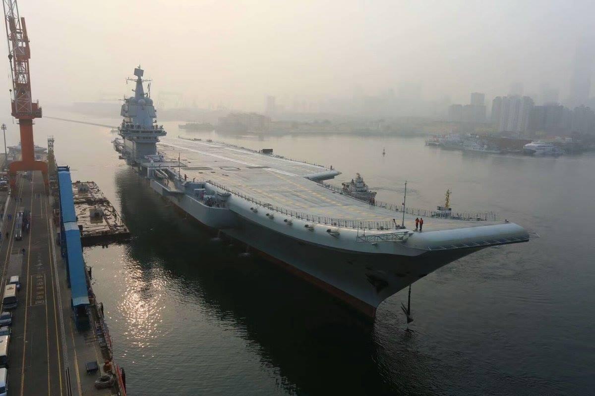 Первый выход в море на заводские ходовые испытания второго китайского авианосца. Далянь, 13.05.2018.