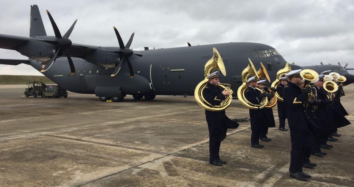 Церемония ввода первого военно-транспортного самолета Lockheed Martin C-130J-30 Super Hercules (серийный номер 5836, французский бортовой номер 61-РО) в состав ВВС Франции. Орлеан-Бриши, 15.01.2018.