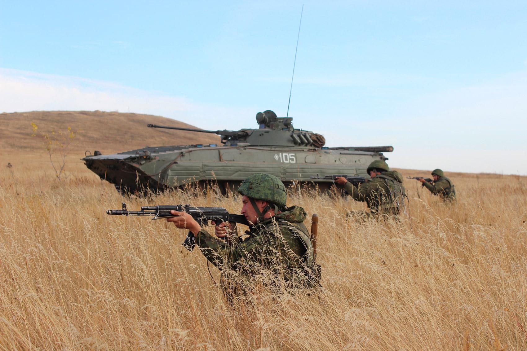 Десантники рядом с БМП-2 на военных учениях в Оренбургской области.